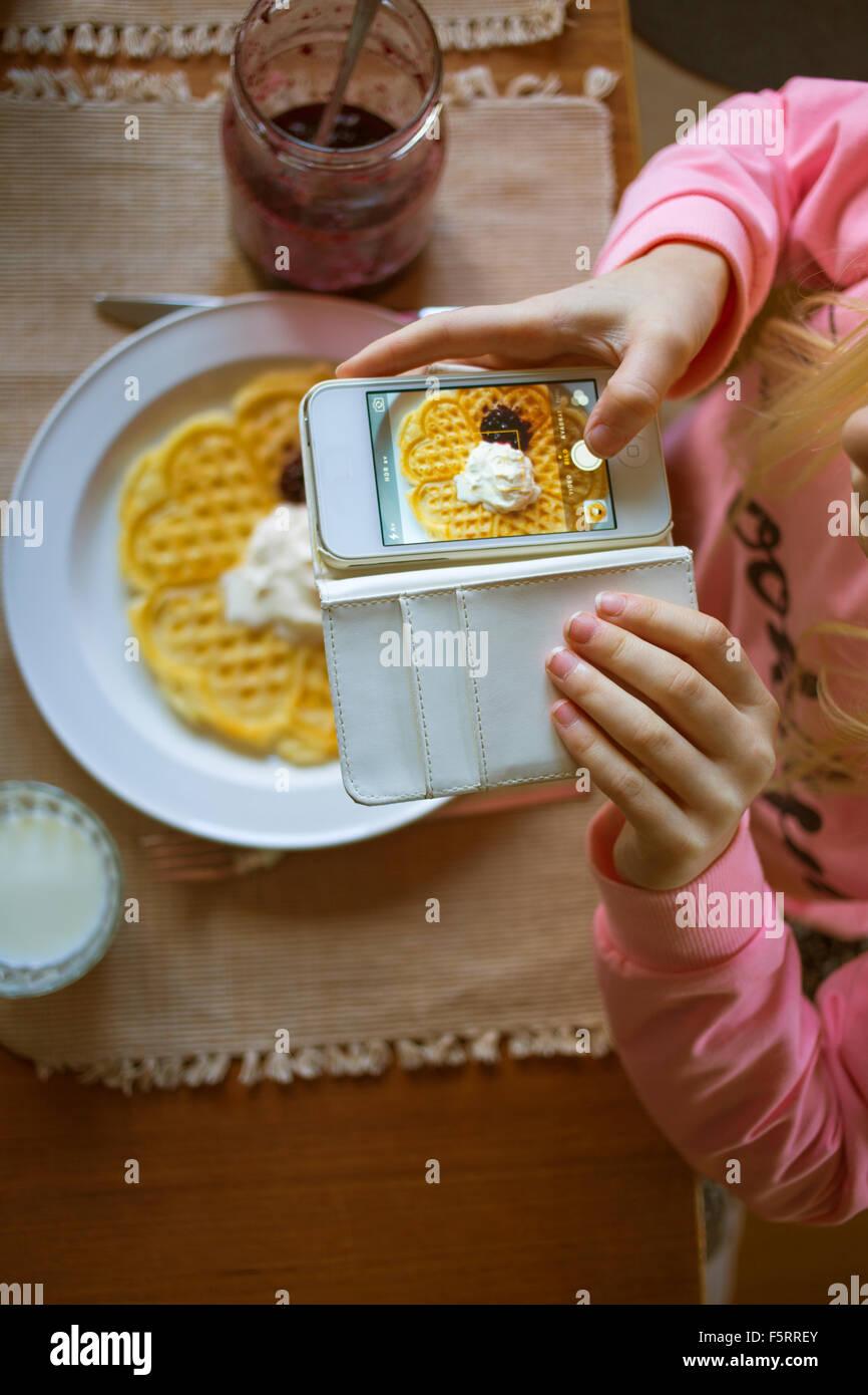 La Suède, Vastergotland, Girl (10-11) photographier gaufre belge Photo Stock