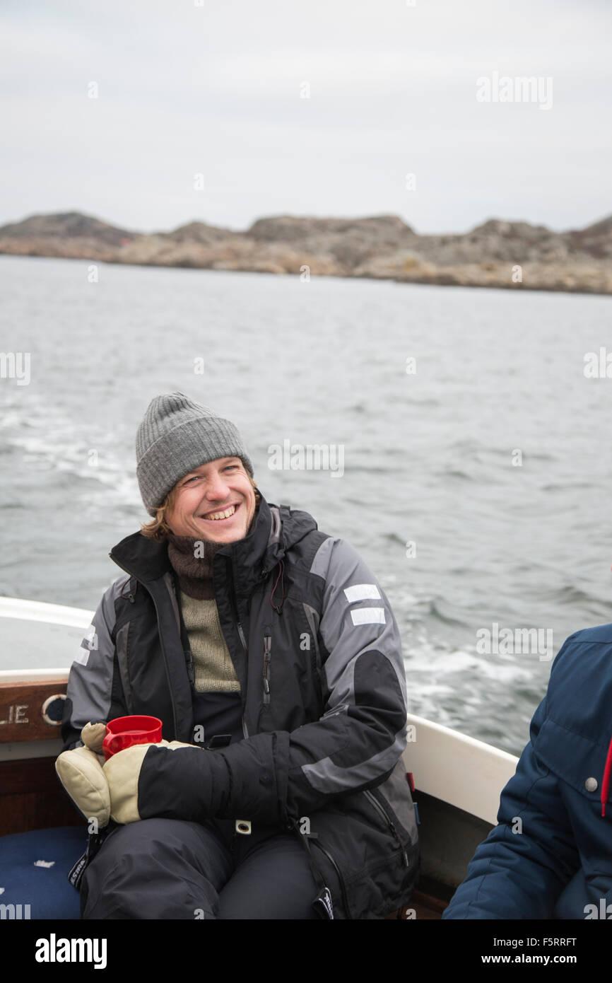 La Suède, Bohuslan, Marstrand, Portrait d'homme mûr sur motor yacht Photo Stock