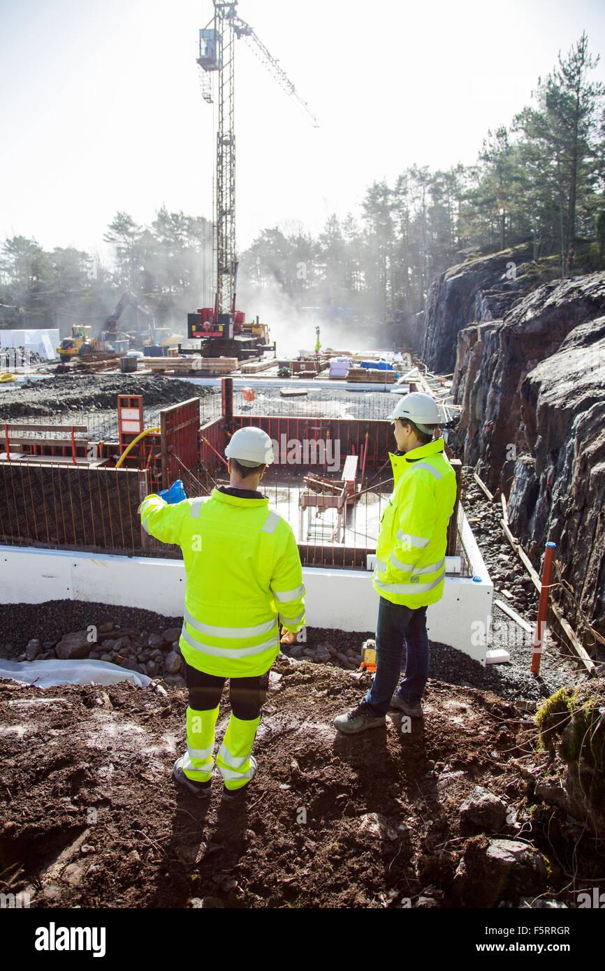 La Suède, Bohuslan, Torslanda, deux travailleurs at construction site Photo Stock