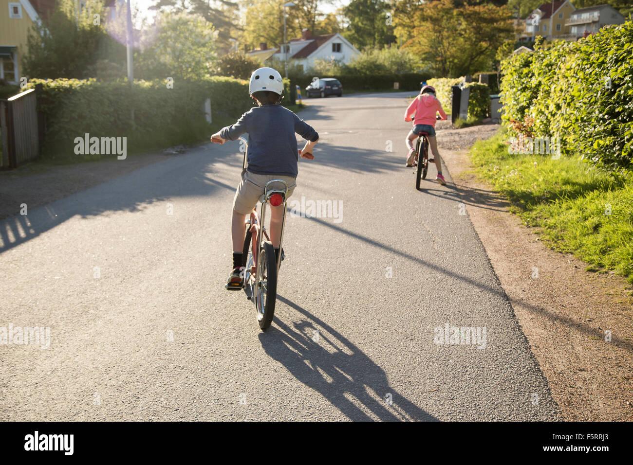 La Suède, Vastergotland, Lerum, enfants (10-11, 12-13) à vélo en journée ensoleillée Photo Stock