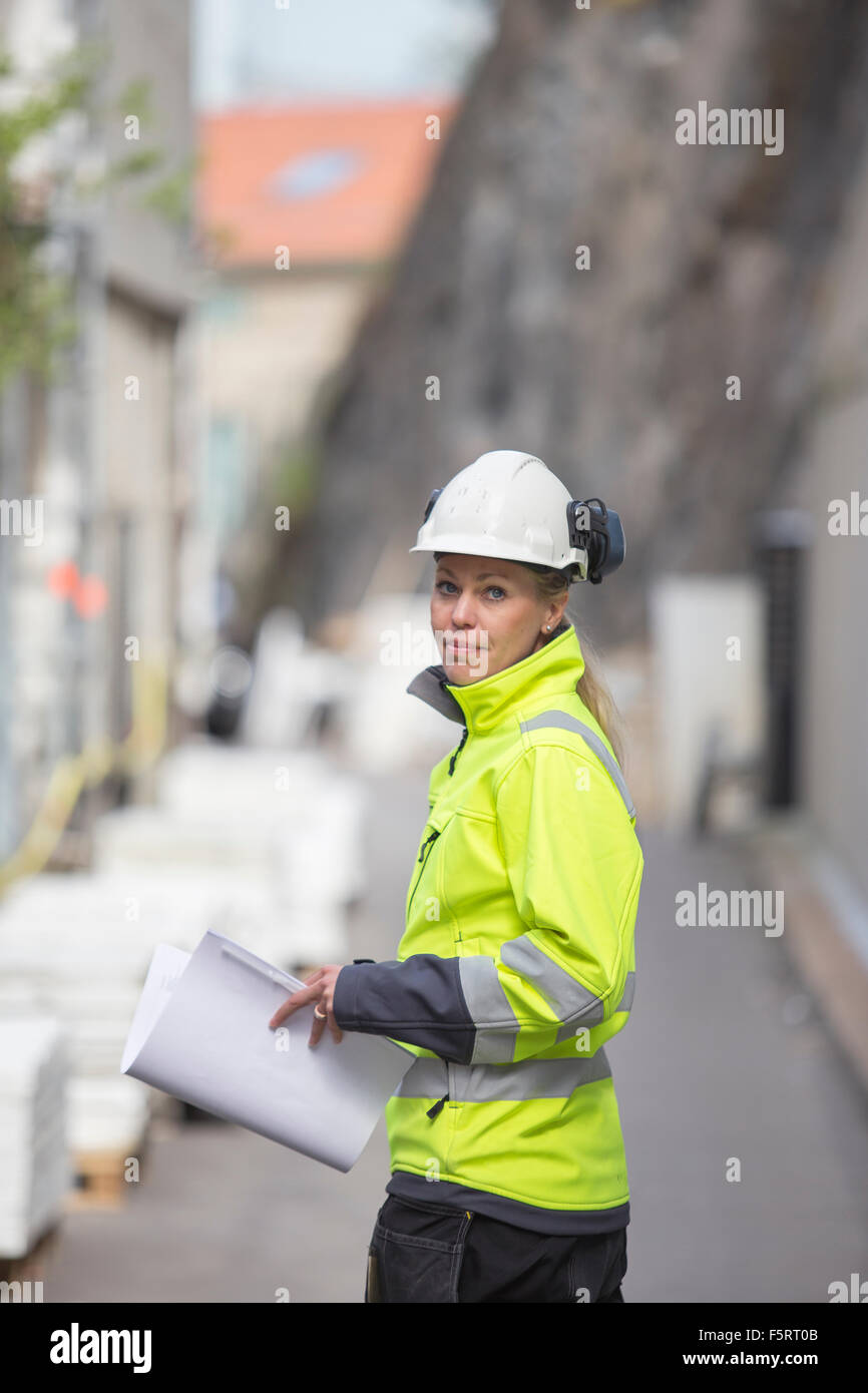 La Suède, Vastergotland, la construction worker with blueprints Photo Stock