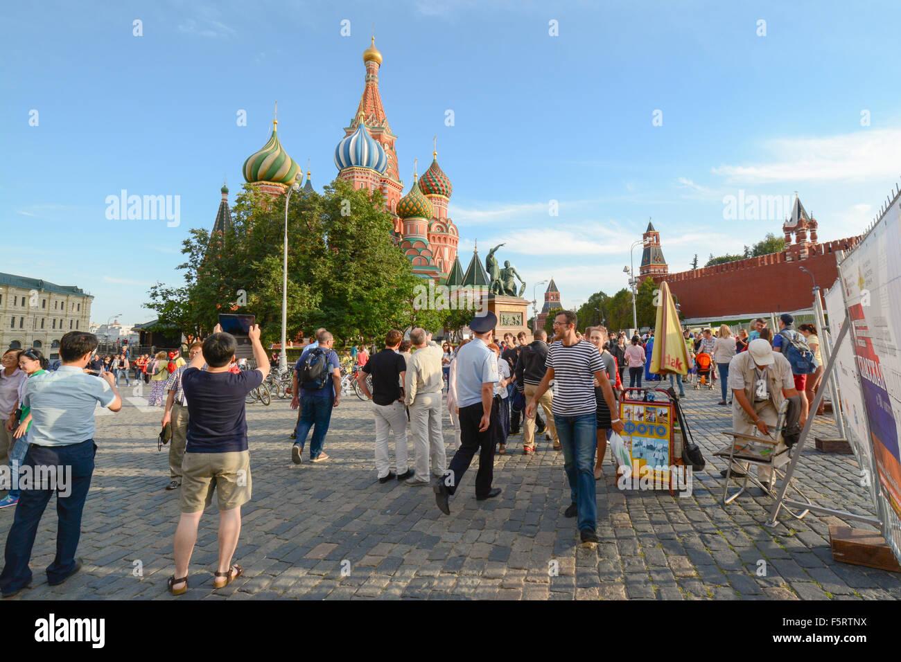 Les touristes à l'extérieur de la Cathédrale St Basile, place Rouge, Moscou, Russie Photo Stock