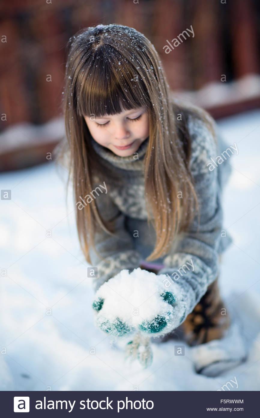La Suède, l'Allemagne, Little girl (4-5) en jouant avec la neige Photo Stock