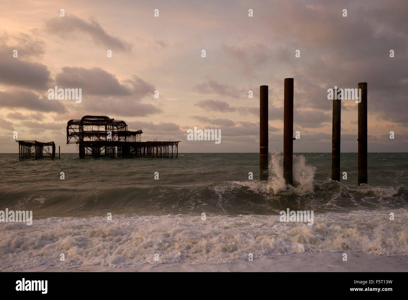 L'drelict Brighton West Pier, grosse mer et ciel orageux Photo Stock