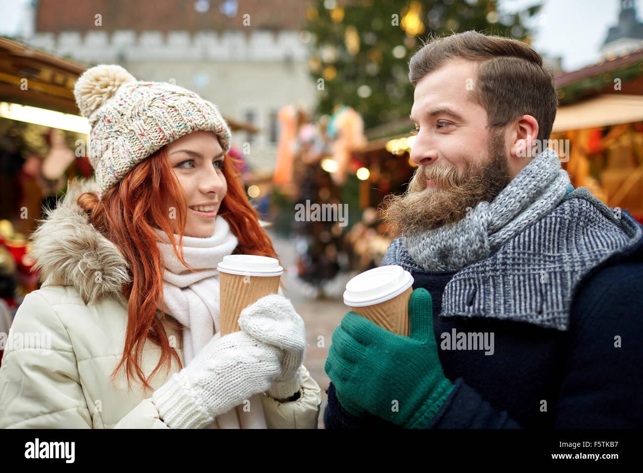 Couple heureux de boire du café sur la rue de la vieille ville Photo Stock