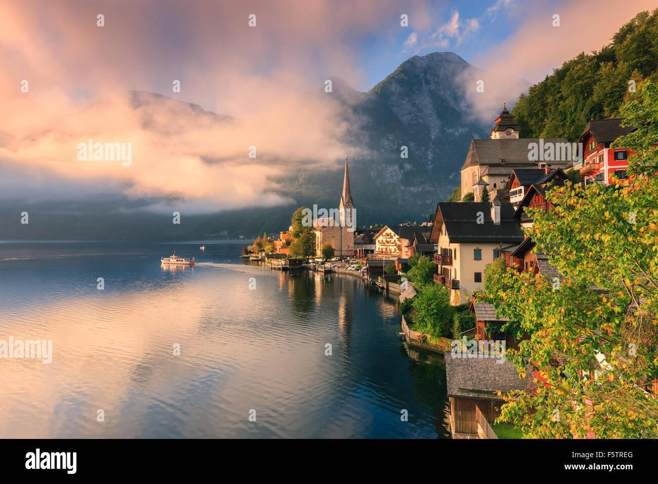 Lever de soleil à Hallstatt, dans la région de l'Autriche est un village dans la région du Salzkammergut, une région en Autriche. Banque D'Images