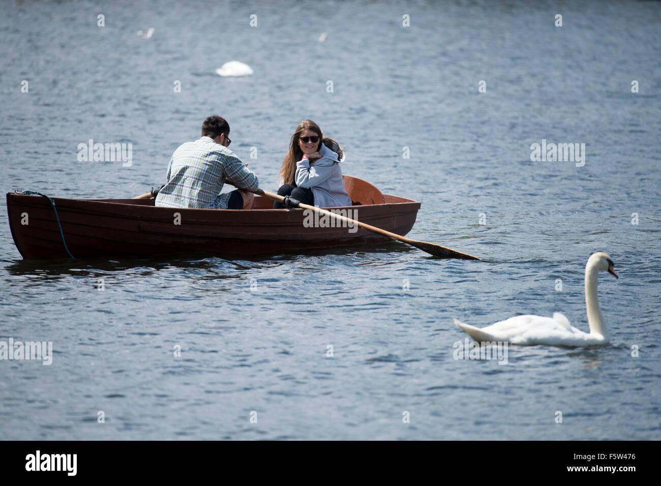 Un Couple Dans Un Bateau A Rames Dans Roath Park Lake Cardiff Pays De Galles Lors De Temps Chaud Et Ensoleille Photo Stock Alamy