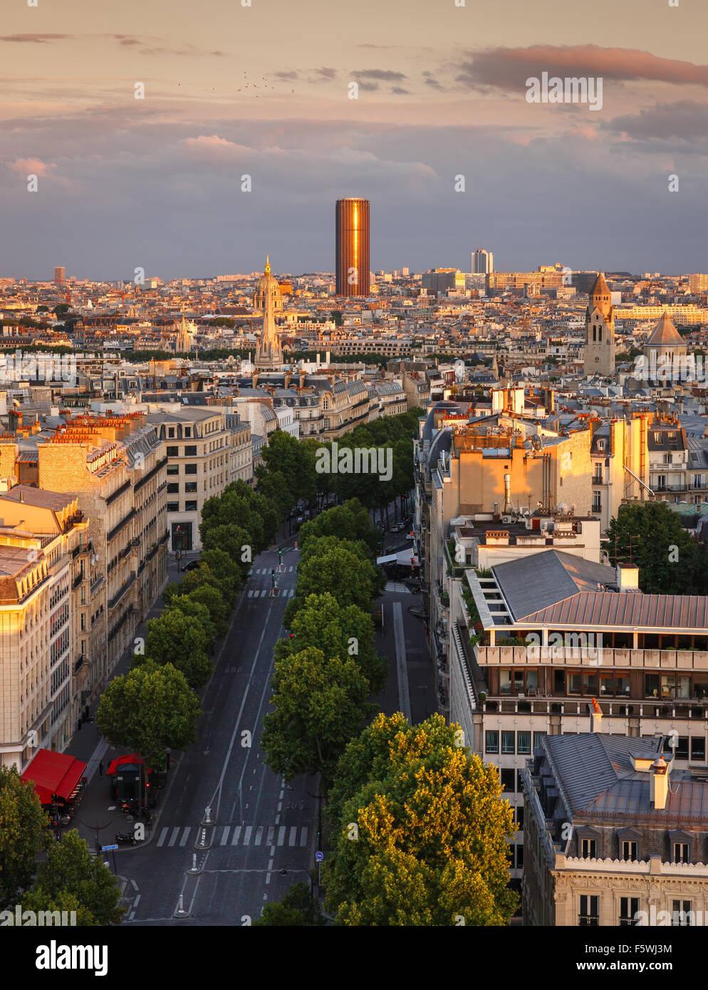 Coucher du soleil la lumière sur la Tour Montparnasse et de l'Avenue Marceau toits dans le 16ème arrondissement, Photo Stock