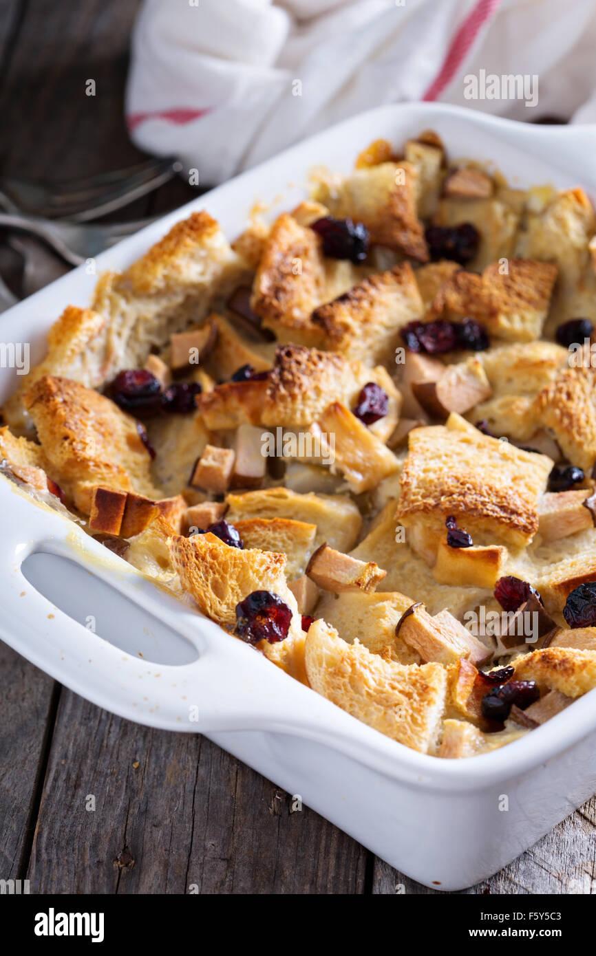Petit-déjeuner pain cocotte à la poire et aux canneberges séchées Photo Stock