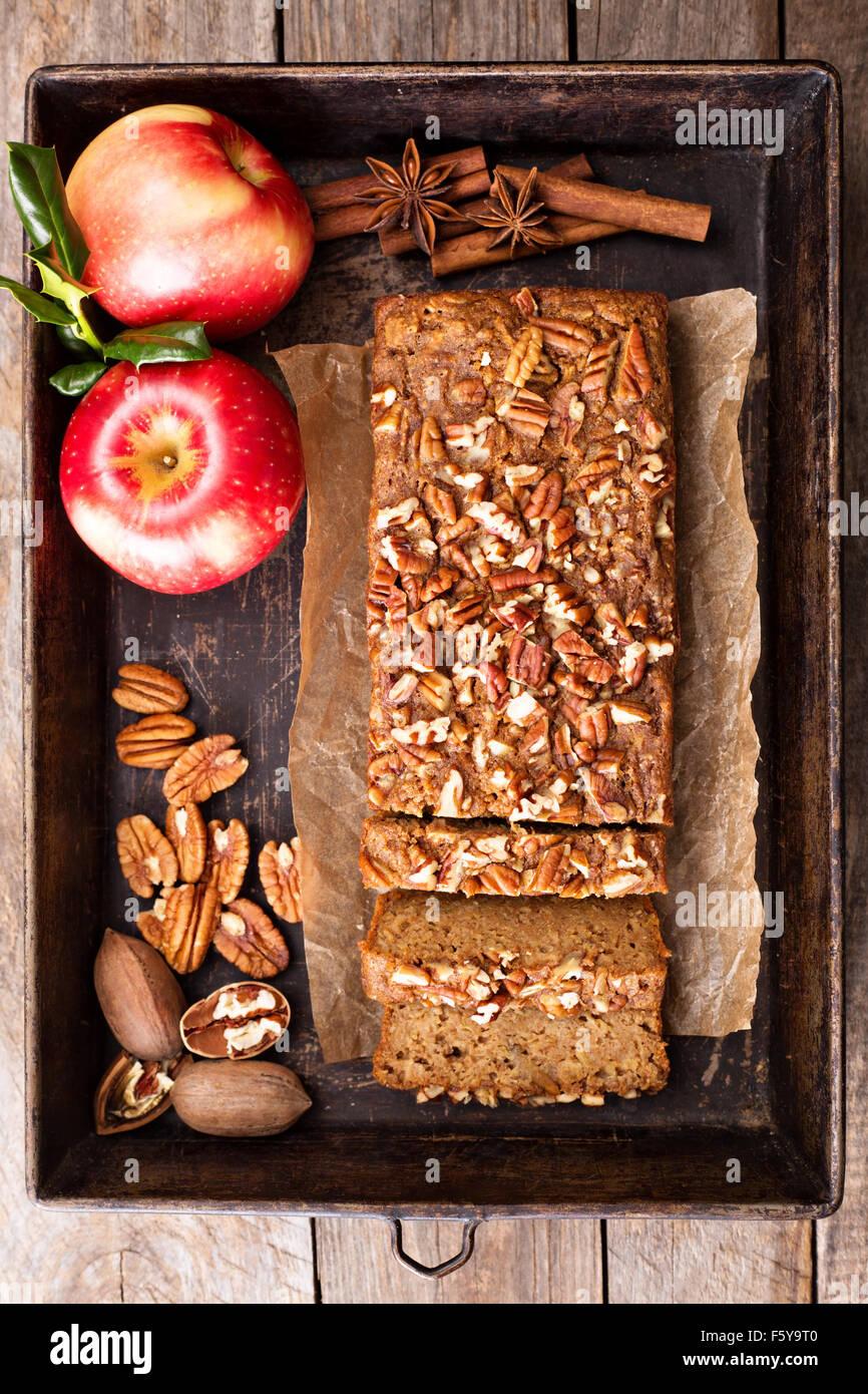 Pain d'épice à la cannelle gâteau pommes et noix Photo Stock