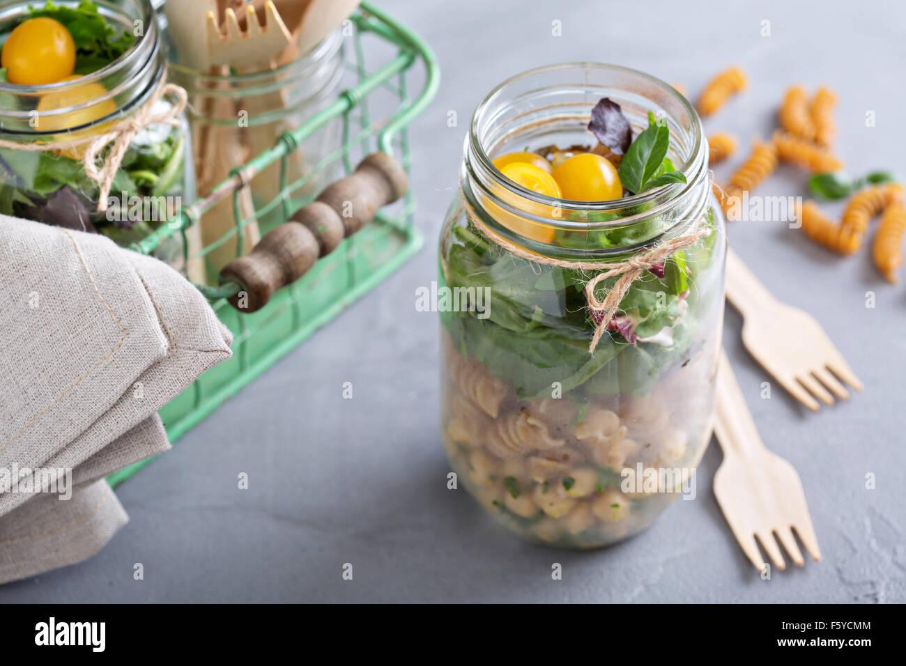 Dans un bocal de salade avec des pâtes et pois chiches food to go Photo Stock