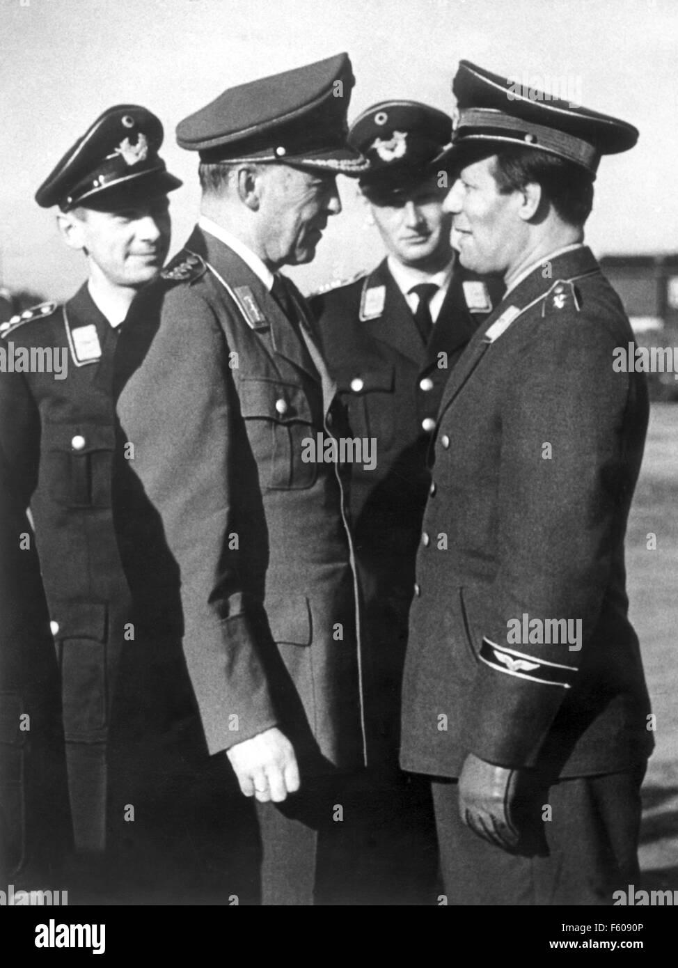 Le général Hans Röttiger (L) au cours d'un entretien avec Helmut Schmidt (R), l'expert en armes du Bundestag SPD faction, lors d'une visite de l'école à Rendsburg le 23 octobre 1958. Banque D'Images