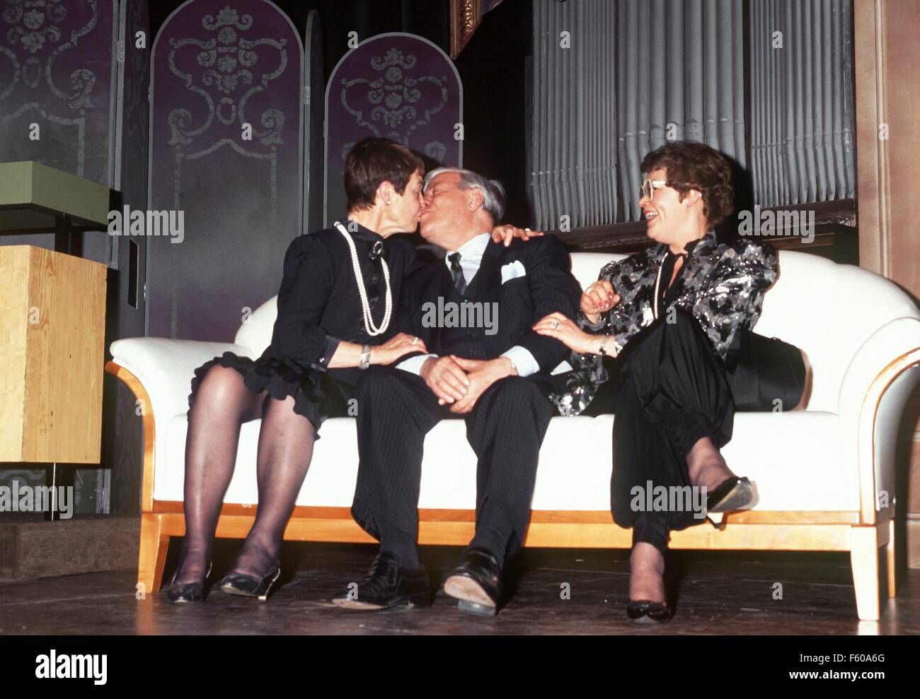 L'ancien chancelier Helmut Schmidt embrasse sa femme Loki lors de la célébration de son 70e anniversaire le 23 décembre 1988 à Hambourg Bergedorf. Susanne fille sur la droite. Banque D'Images