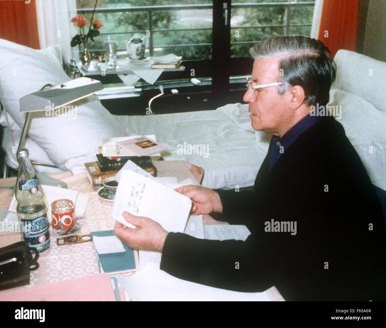 Le chancelier Helmut Schmidt, qui ont reçu un stimulateur cardiaque à l'hôpital de la Bundeswehr de Coblence, travaille à une petite table dans sa chambre d'hôpital, avec l'autorisation des médecins, le 15 octobre 1981. Banque D'Images