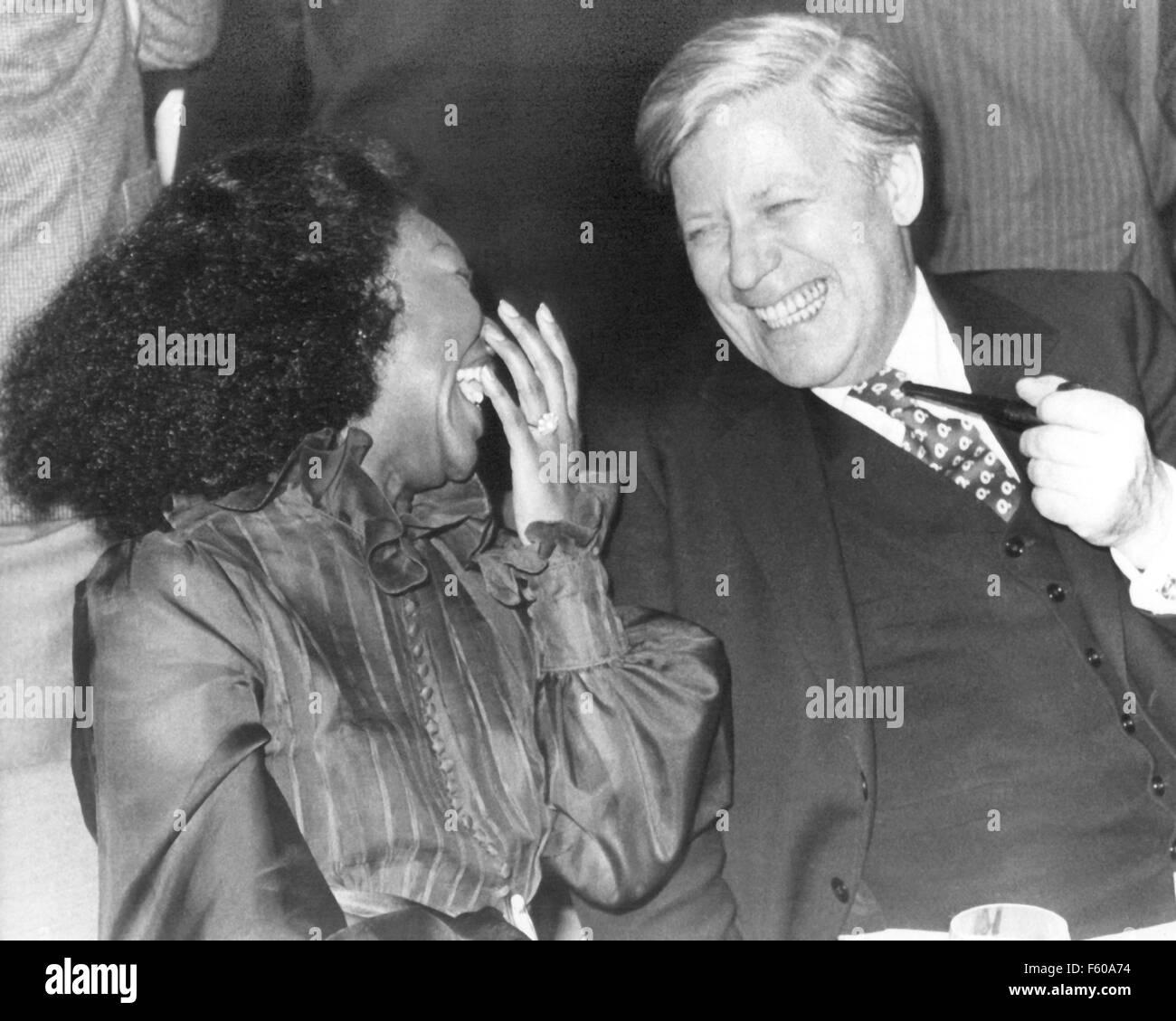 Le chanteur Felicia Weathers et le chancelier allemand Helmut Schmidt s'esclaffent pendant un festival de jazz, le 7 novembre 1980 à la Philharmonie de Berlin. Banque D'Images