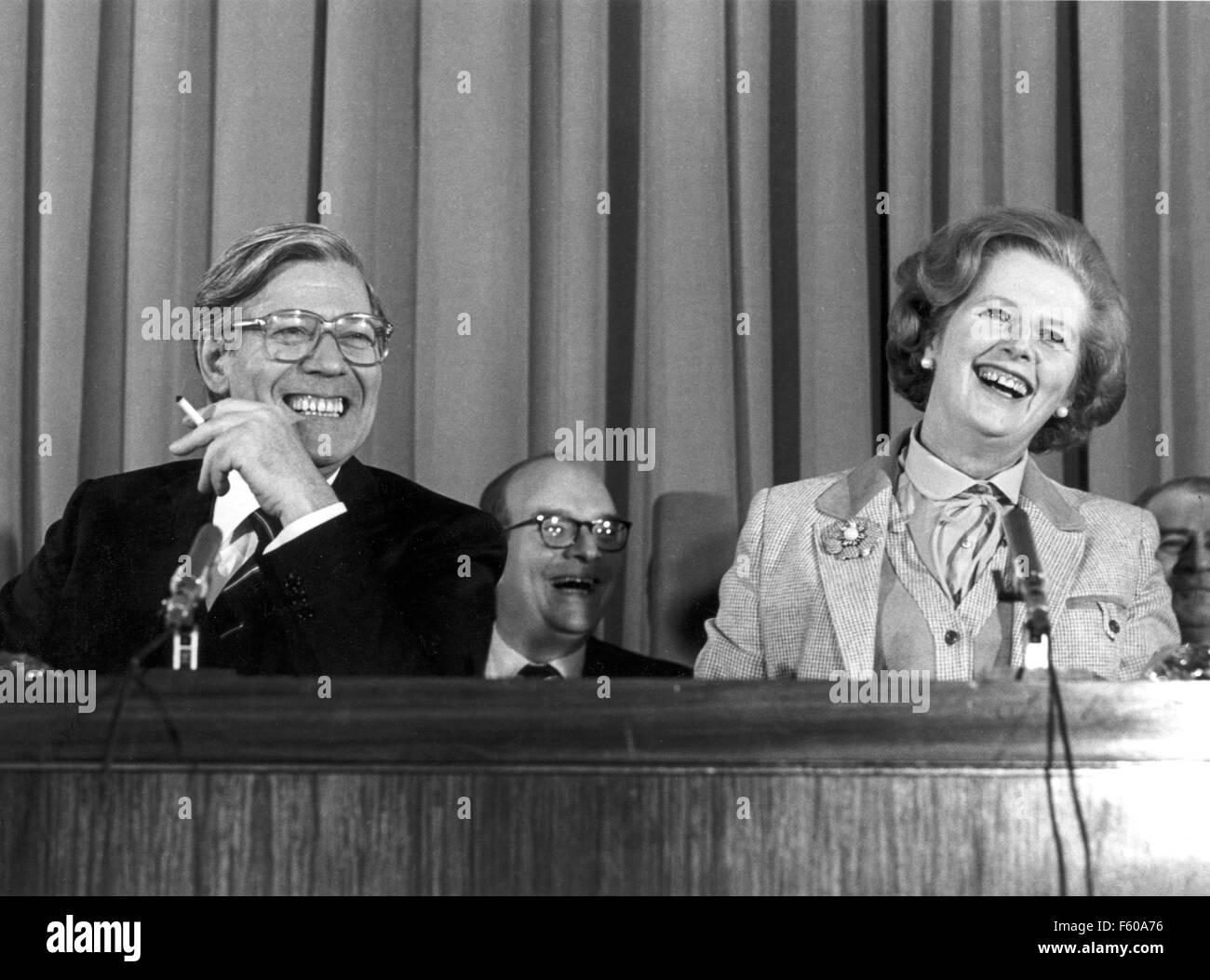 Le chancelier Helmut Schmidt (L) et le Premier ministre britannique Margaret Thatcher sont de bonne humeur au cours d'une conférence de presse à la fin de la visite de deux jours de Schmidt à Londres le 11 mai 1979. Banque D'Images