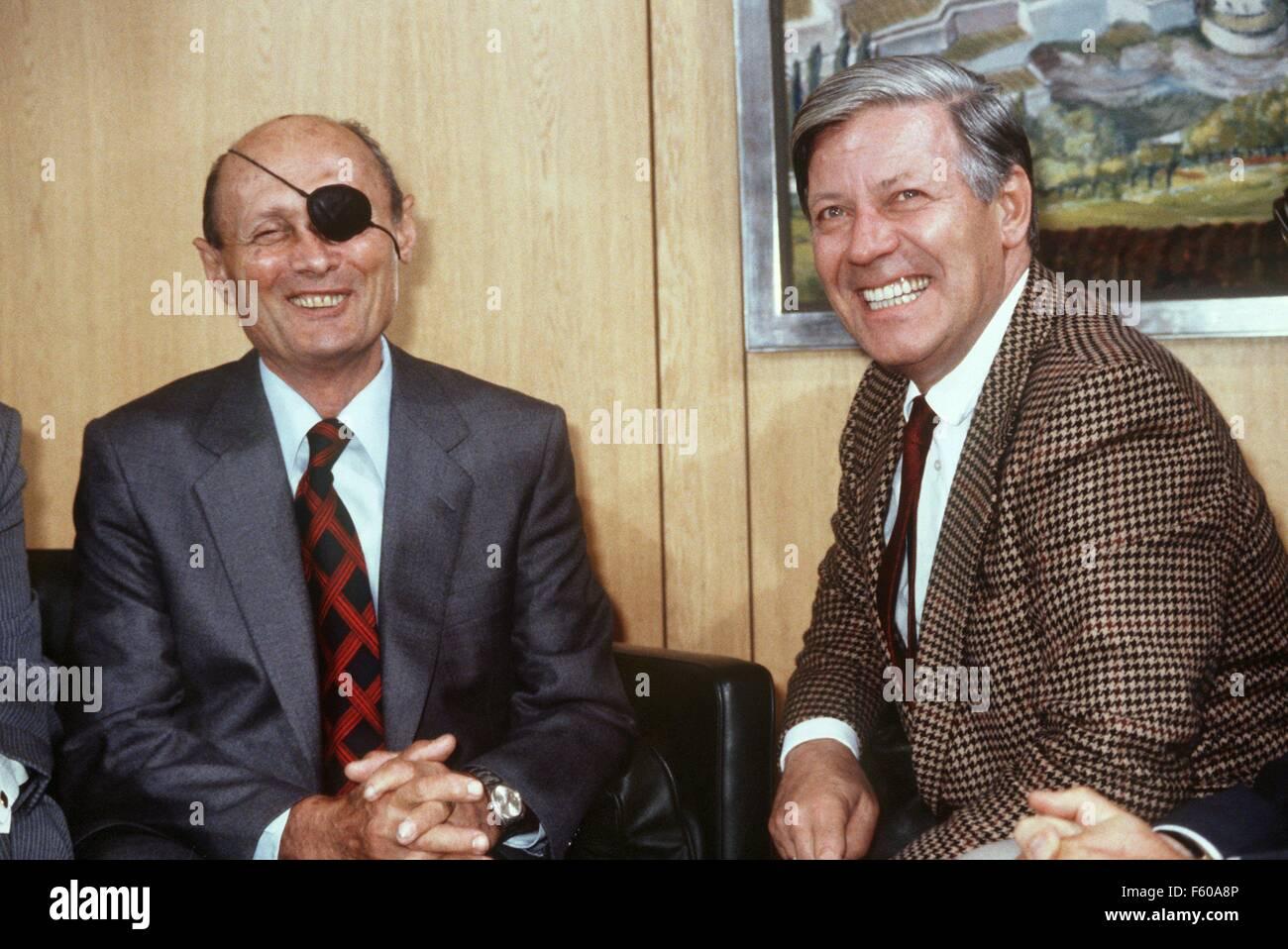 Le chancelier Helmut Schmidt (SPD) en collaboration avec le Ministre des affaires étrangères israélien Moshe Dayan en septembre 1979 à Bonn. Banque D'Images