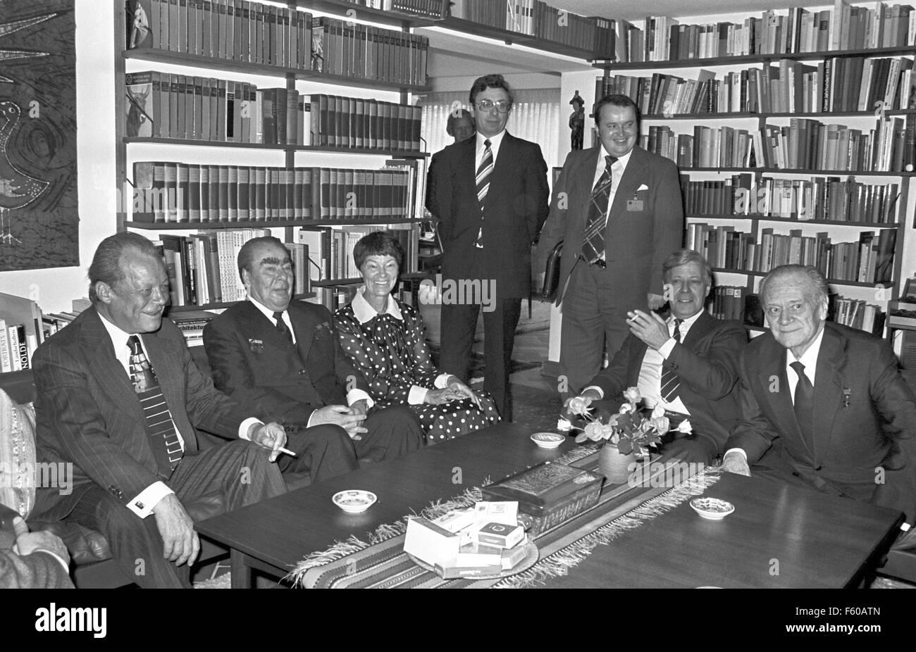 (L-R, assis): Willy Brandt, Leonid Brejnev, Hannelore Schmidt, Helmut Schmidt, et Nikolaï Alexandrovitch Tikhonov au domicile du chancelier Schmidt à Hambourg le 7 mai 1978. Banque D'Images