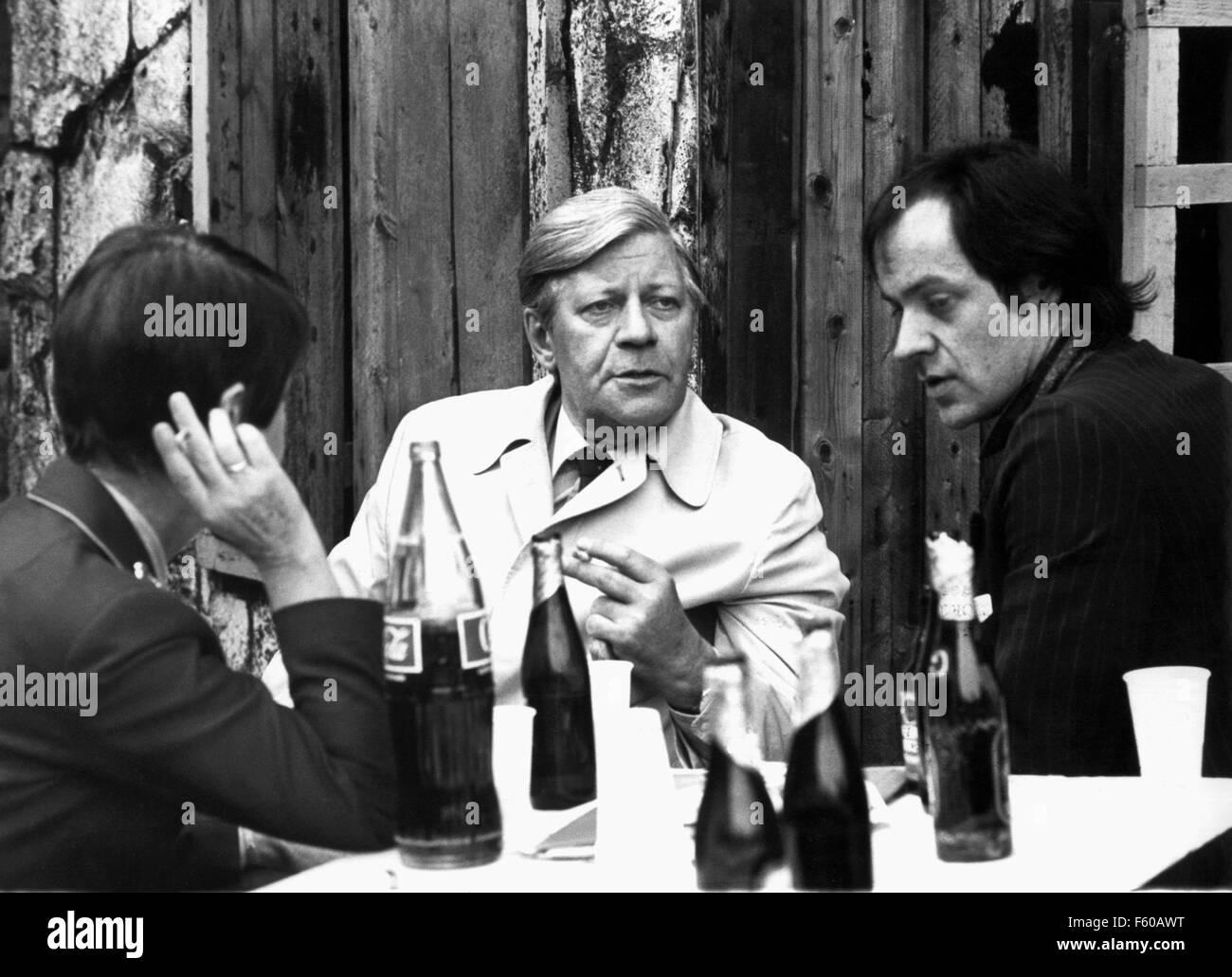 Le chancelier Helmut Schmidt (centre) et rock musicien Udo Lindenberg (R) répondre à Bad Segeberg, le 31 mai 1980 pour un échange de vues. L'épouse de Schmidt Loki sur la gauche. Banque D'Images