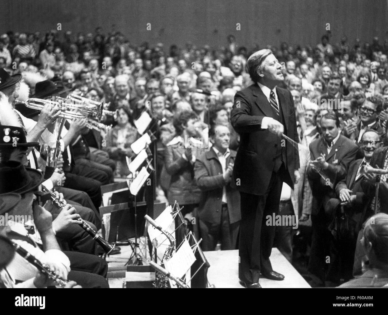 Le chancelier Helmut Schmidt procède à un groupe de musique traditionnel le 20 Deptember 1976 à Hof. Banque D'Images