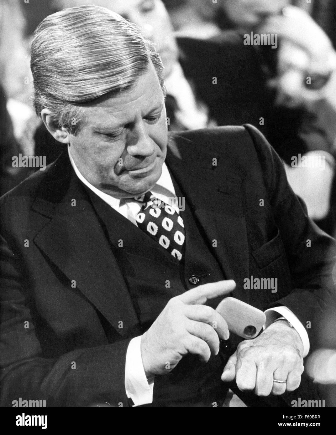 Helmut Schmidt met quelques tabac à priser sur sa main lors d'une cérémonie à Hambourg le 5 décembre 1975. Le 23 décembre 2003, il devient l'âge de 85 ans. Banque D'Images