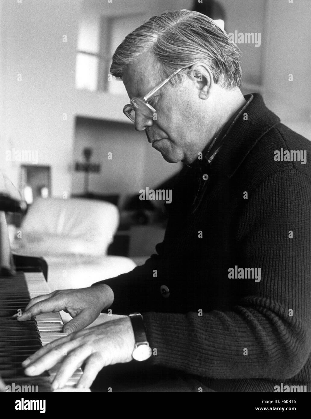 Le chancelier Helmut Schmidt (SPD) joue du piano pendant ses vacances à Gran Canaria, le 6 janvier 1981. Banque D'Images