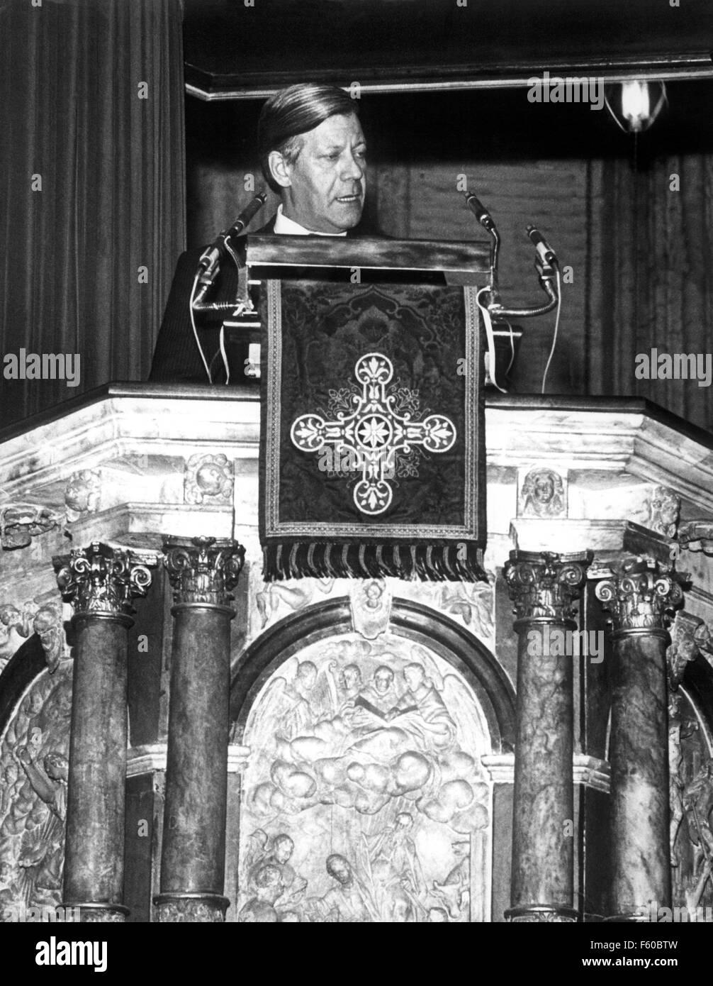 """Le chancelier Helmut Schmidt s'exprime sur """"l'état et l'église' depuis la chaire de Hambourg St. Jacobi Church le 31 octobre 1974. Banque D'Images"""