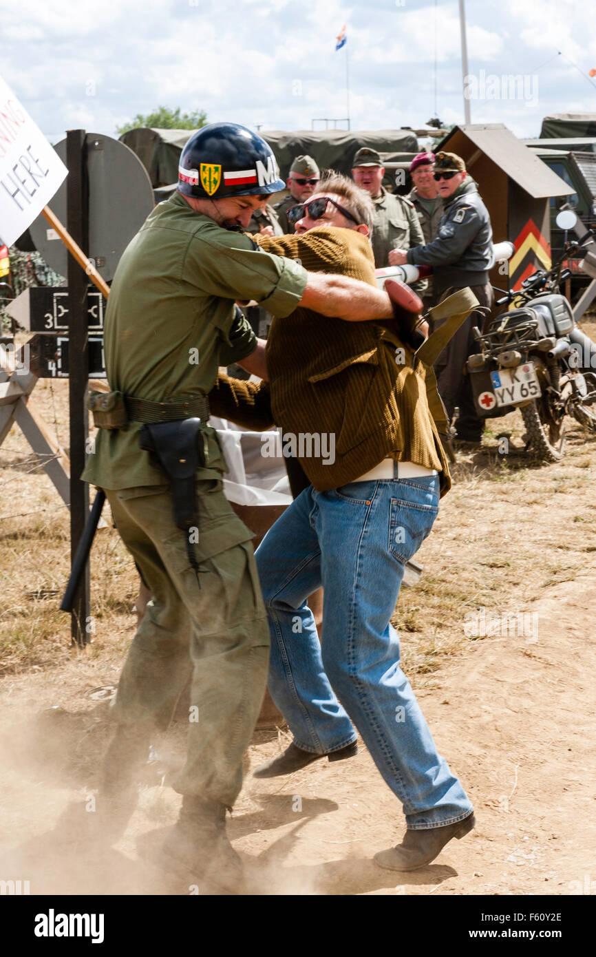 Guerre du Vietnam Rolling Thunder de la reconstitution du groupe. Mouvement de la paix solitaire avec placard se Photo Stock
