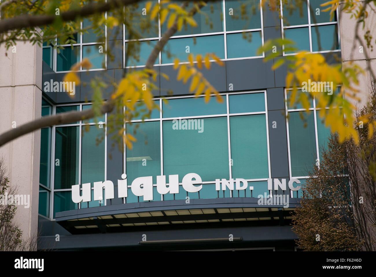 Un logo affiche à l'extérieur du siège social de Unique Industries, Inc., à Philadelphie, Photo Stock