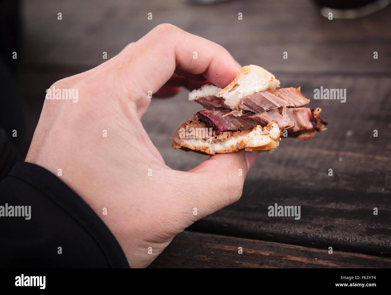 Une morsure d'un sandwich de poitrine de Franklin BBQ à Austin, Texas Photo Stock