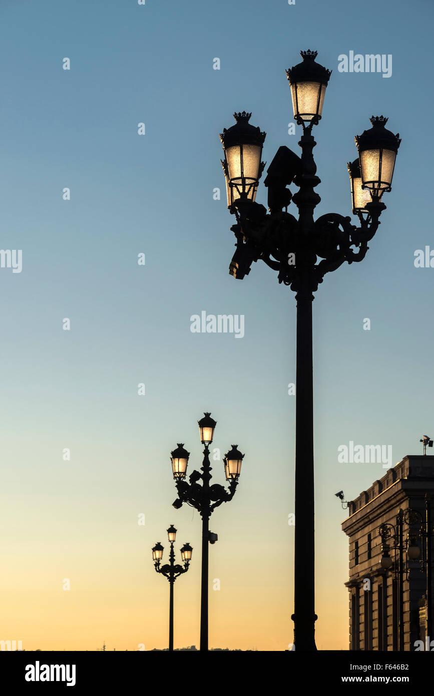 Les lampes de la rue à l'entrée du le Palacio Real, Madrid, Espagne. Photo Stock
