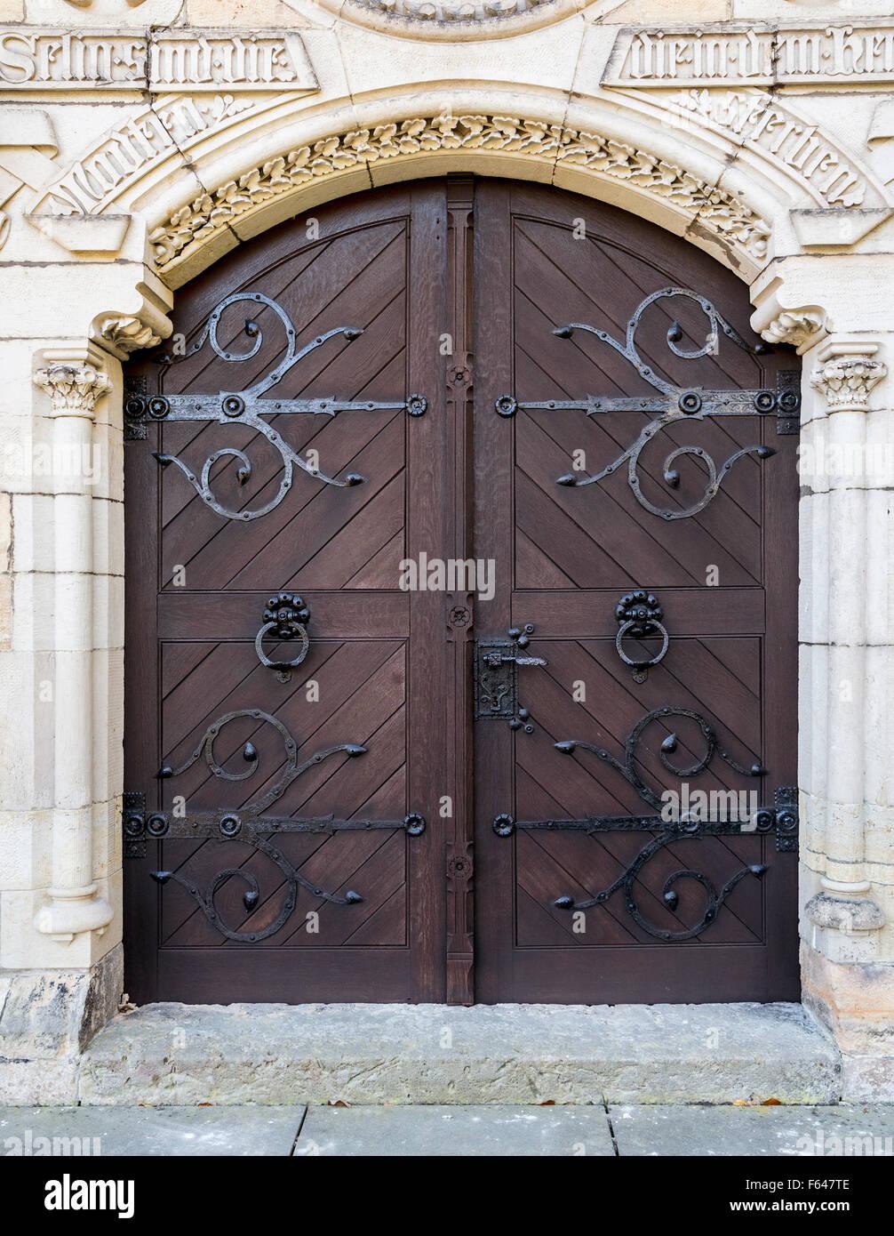 Grande porte en bois avec une poign e poign e en fer forg la porte de la chapelle dans le for Poignee de porte forge