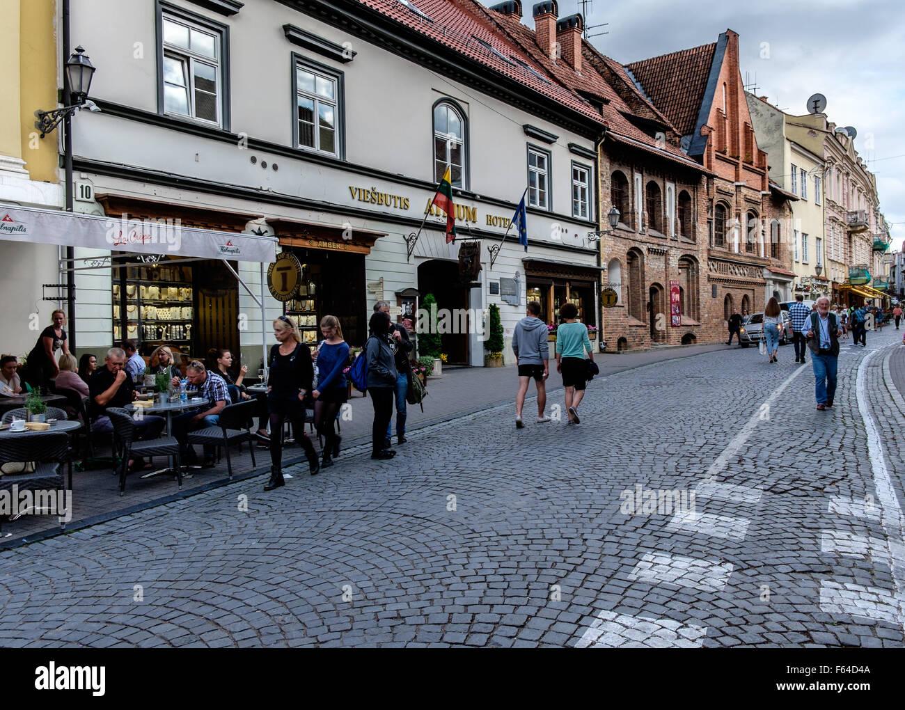 Rue avec des terrasses de cafés en Villnius, Lituanie Banque D'Images