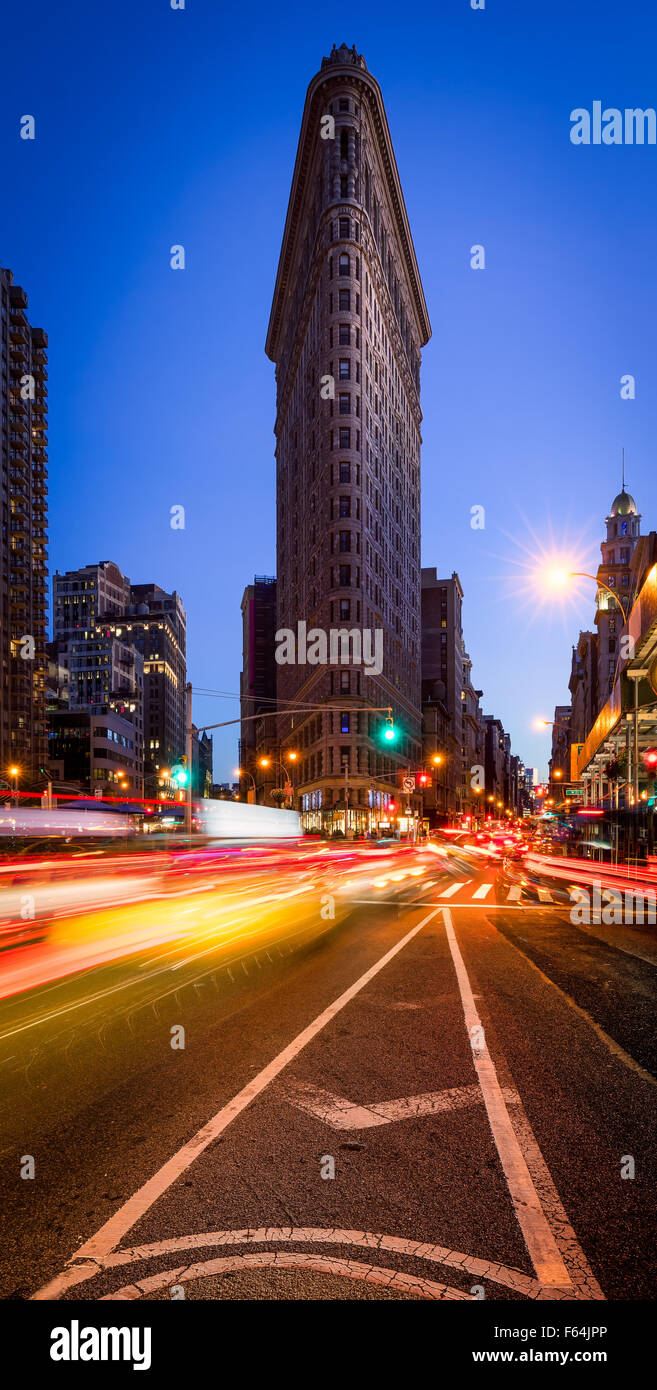 Flatiron Building avec un ciel bleu clair et un light trails sur la 5e Avenue, à la brunante à Midtown Photo Stock