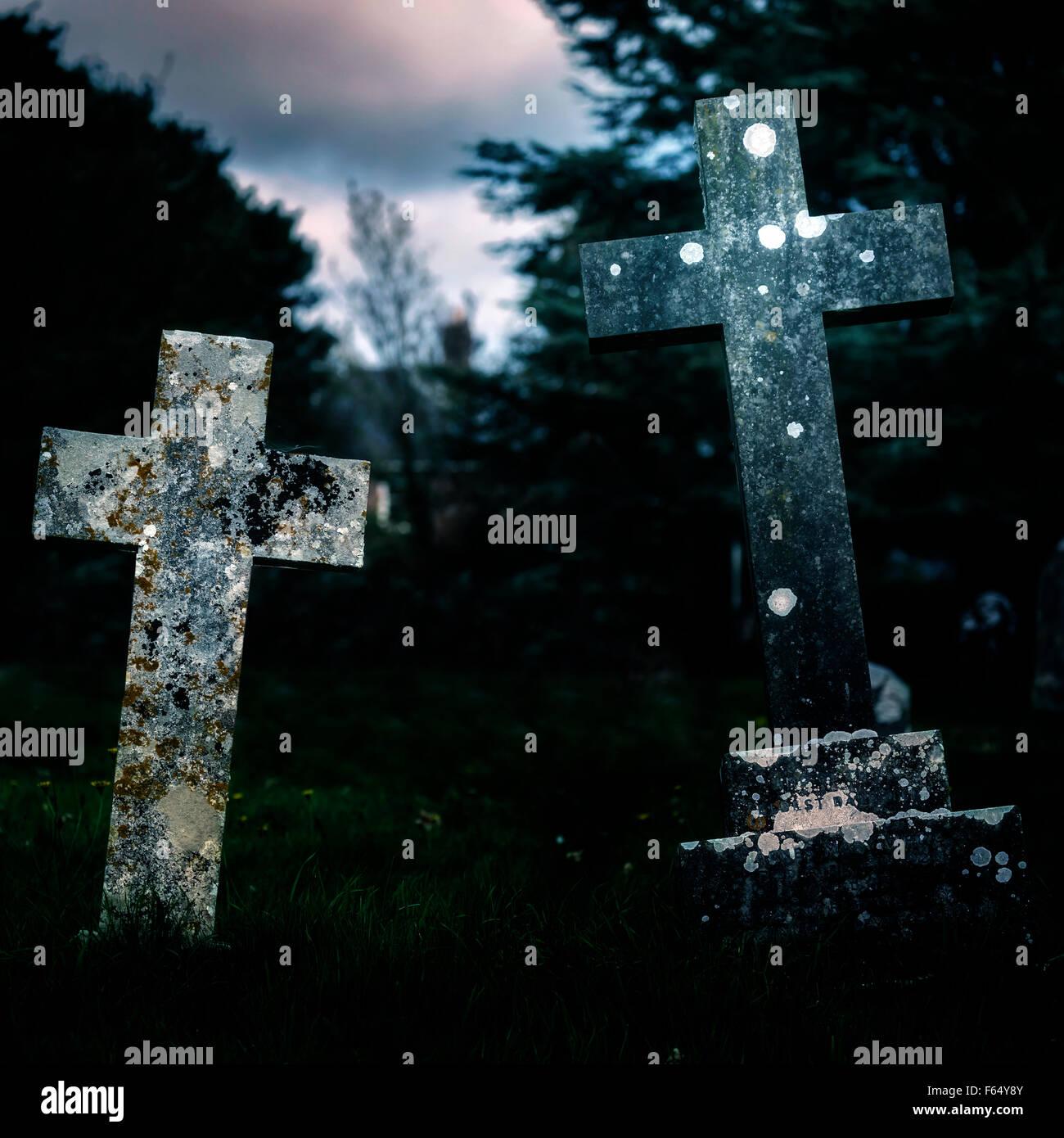 Deux croix sur un cimetière Photo Stock