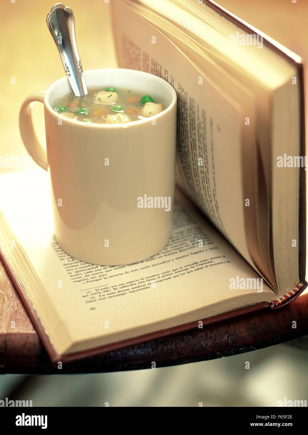 Tasse de soupe et un livre Banque D'Images