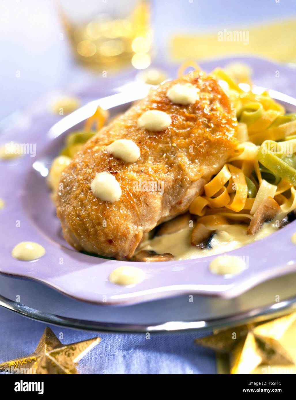 Poitrine de poulet avec sauce à la crème et tagliatelles Banque D'Images