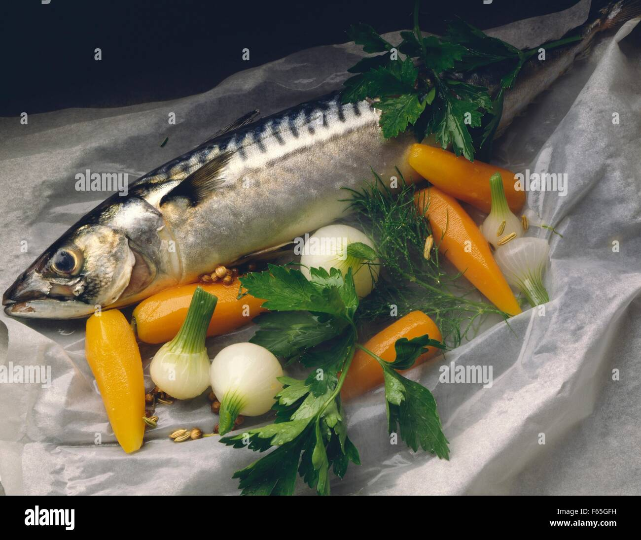 Le maquereau avec des légumes Banque D'Images