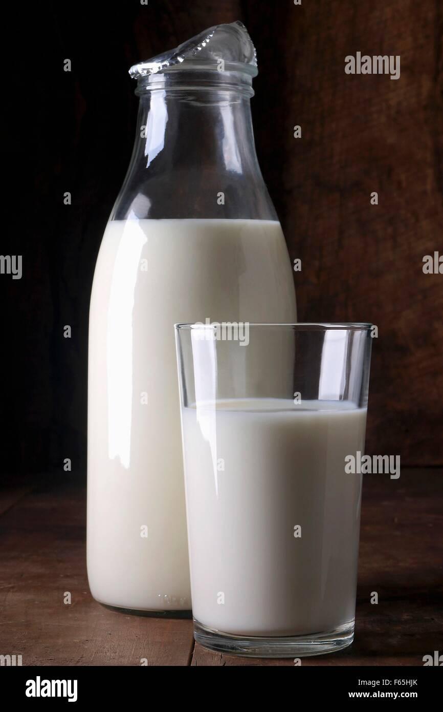 Bouteille et verre de lait Banque D'Images