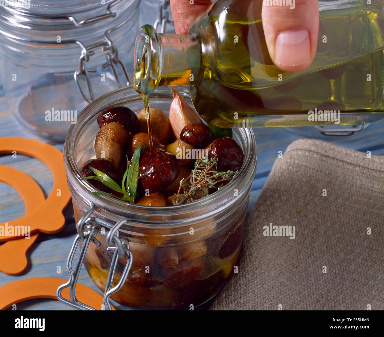 L'ajout de l'huile d'olive Banque D'Images