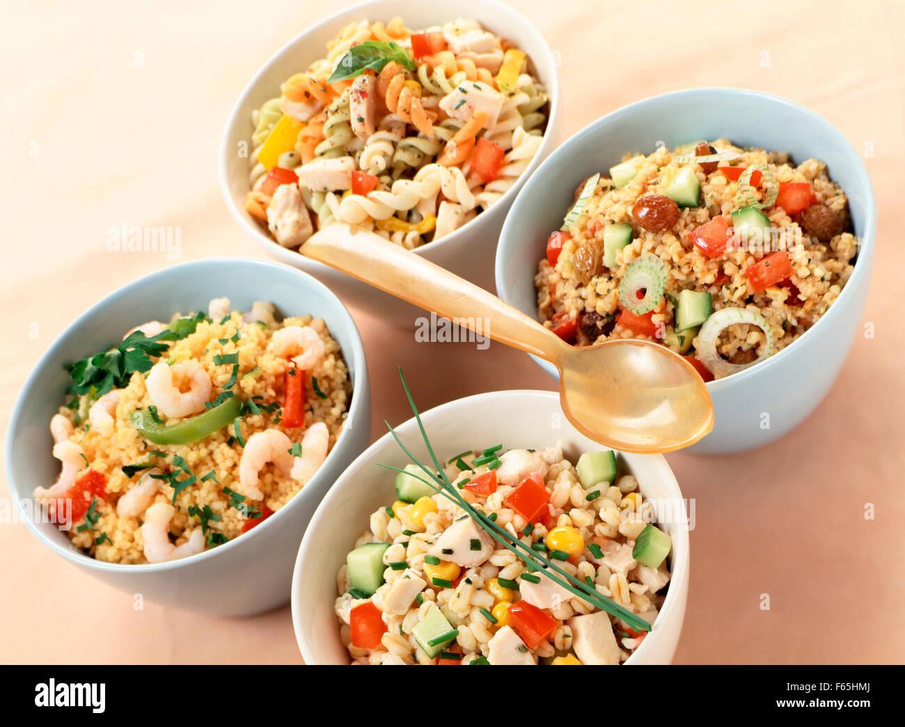 Assortiment de salades avec des glucides Banque D'Images