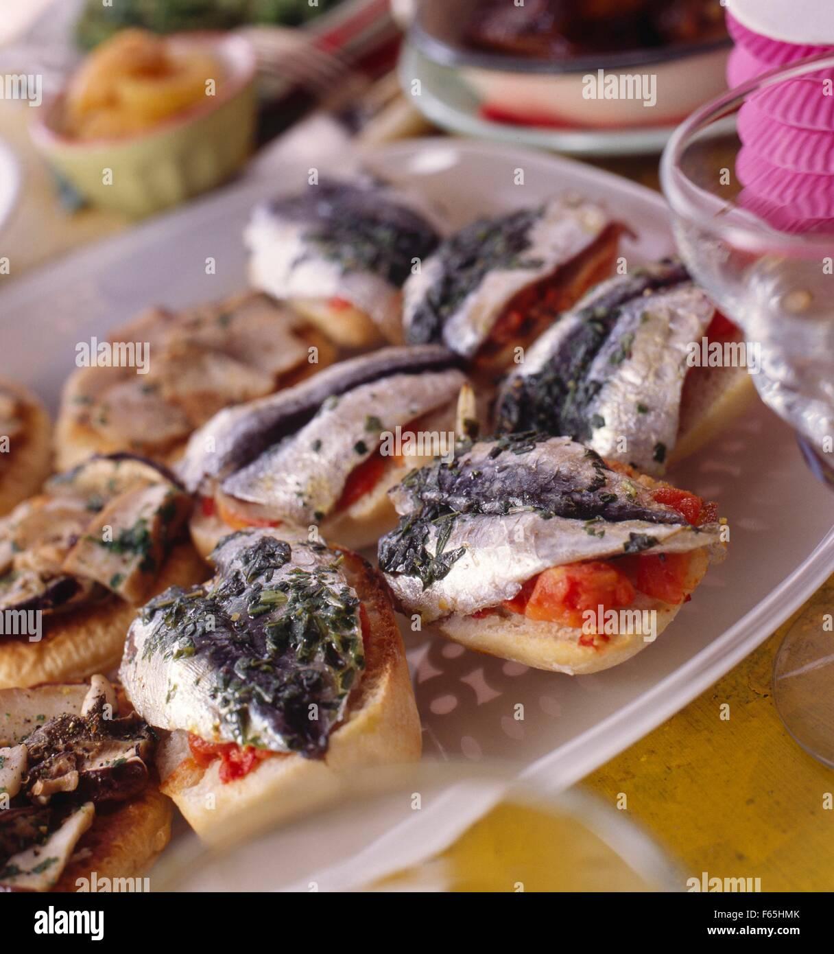Bruschettas à la sardine au basilic Banque D'Images