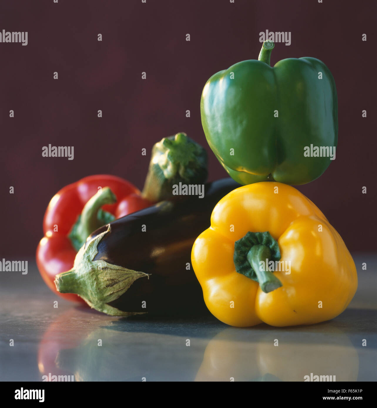 Poivrons (rouge, jaune et vert) et l'aubergine Banque D'Images