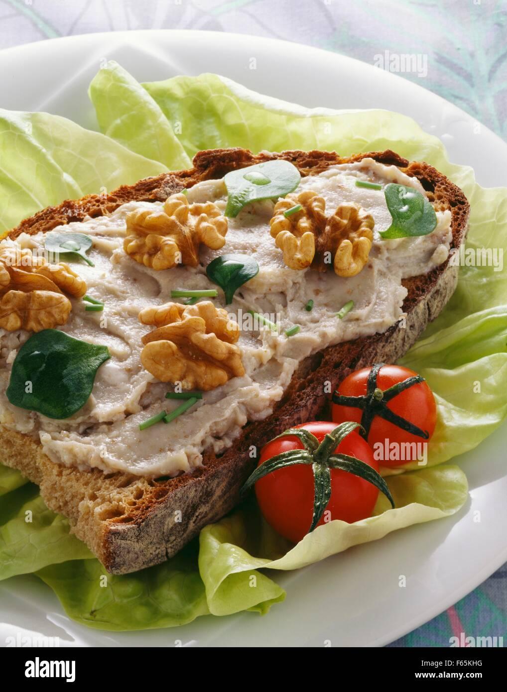 Roquefort et noix tartiner sur une tranche de pain Banque D'Images