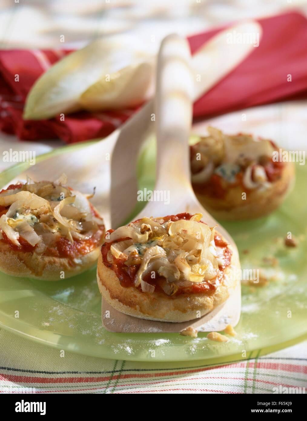 La chicorée et mini-pizzas au fromage bleu Banque D'Images