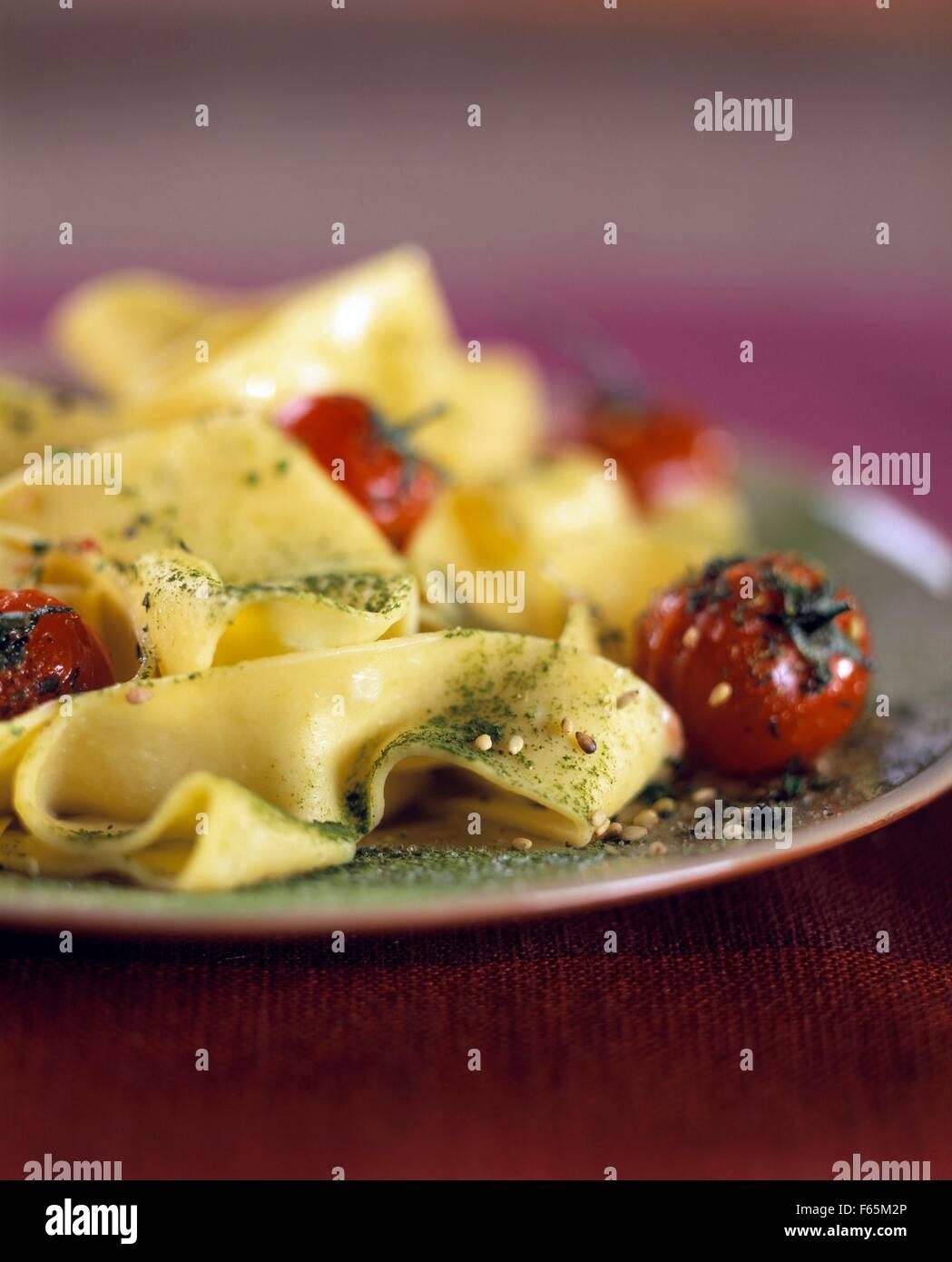 Tagliatelles avec du thé vert et tomates cerises Banque D'Images