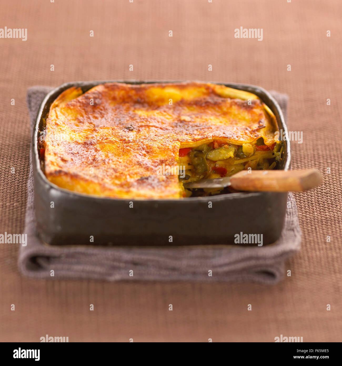 Faire cuire les lasagnes aux légumes (sujet: cuisine) Banque D'Images