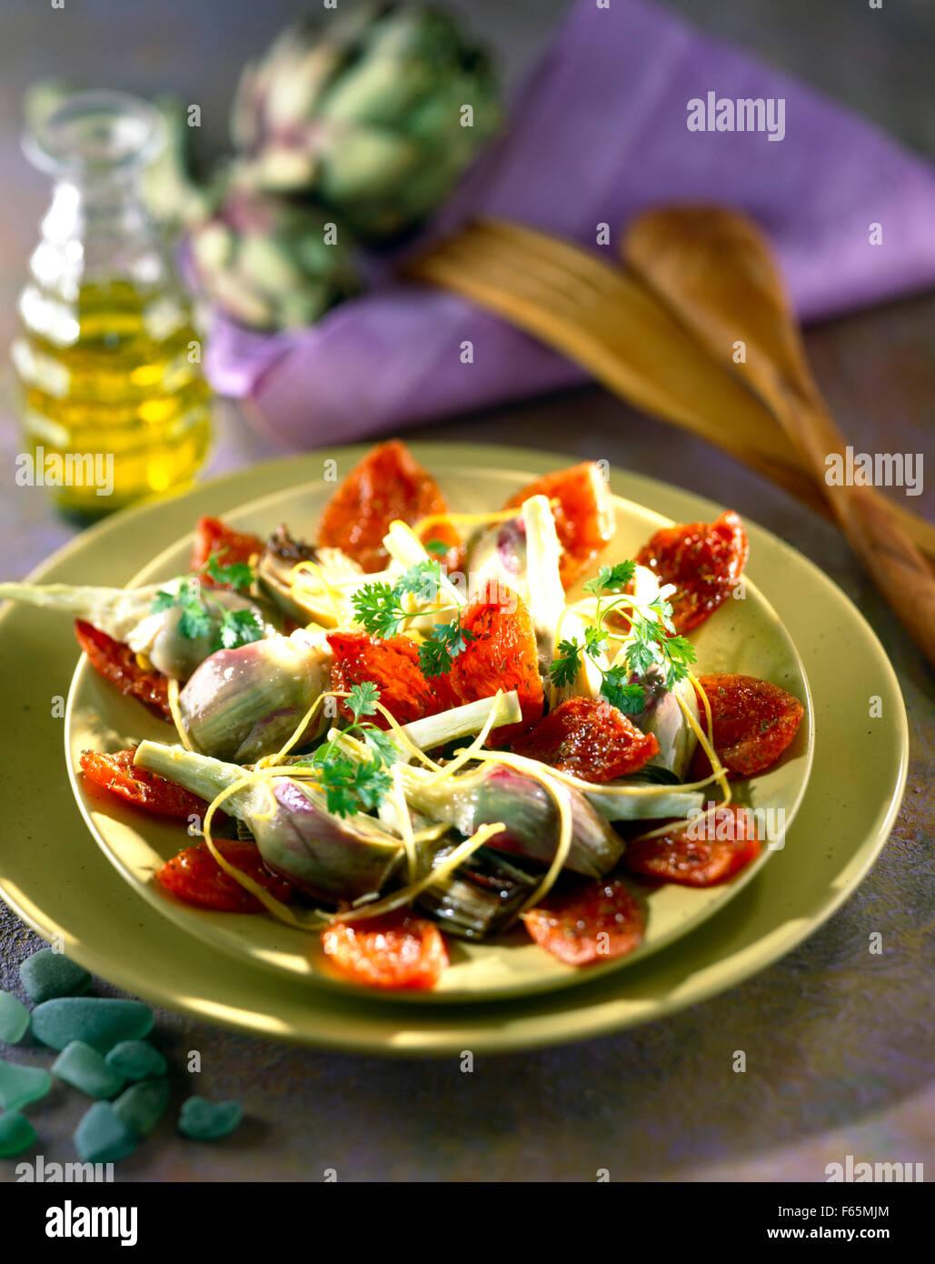 Artichauts violets et salade de tomates séchées au soleil Banque D'Images