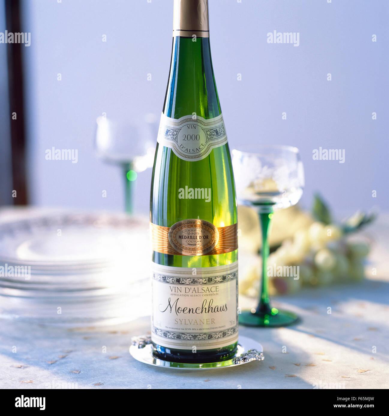 Bouteille de Moenchhaus Silvaner,vin blanc d'Alsace Banque D'Images