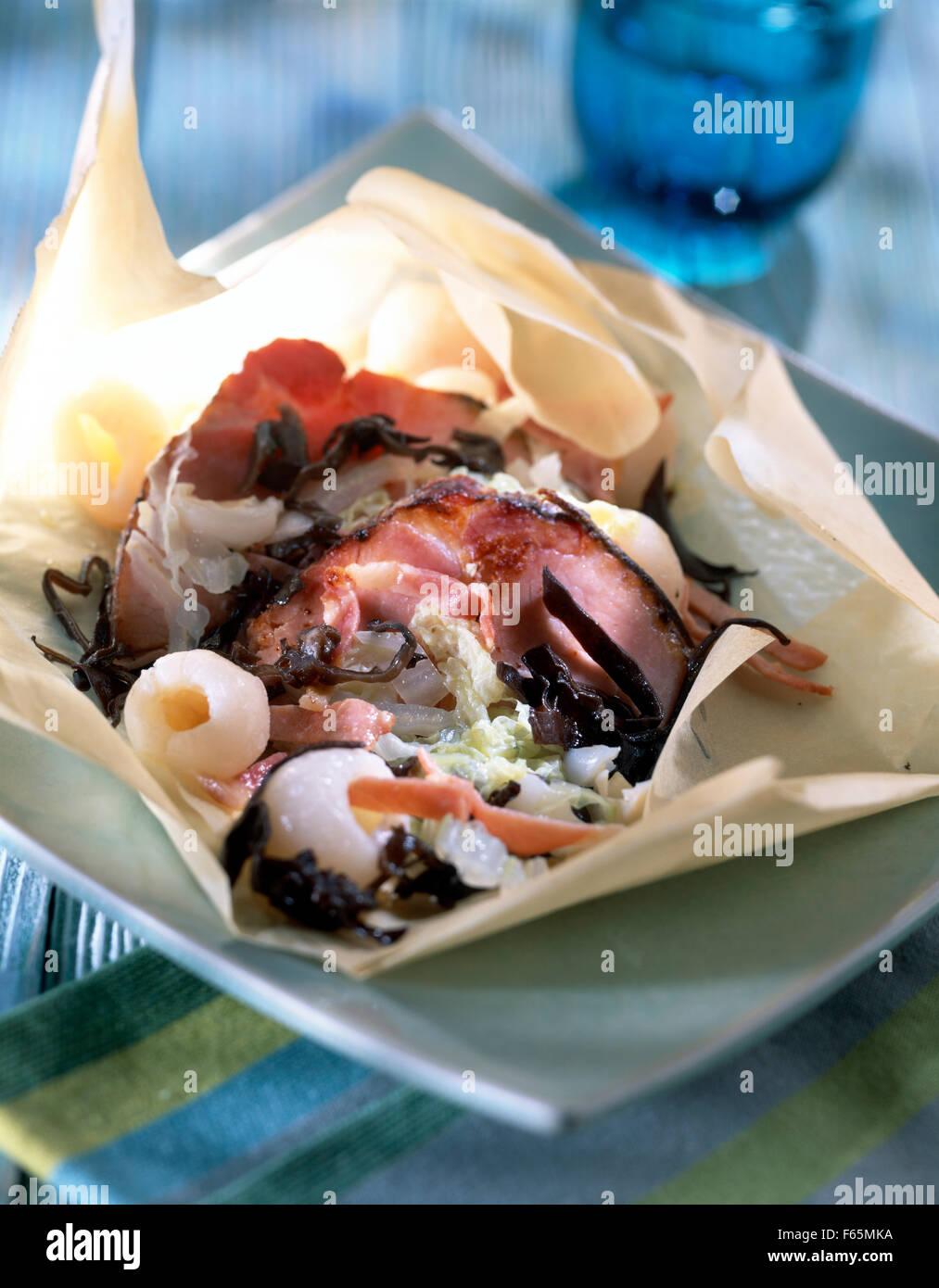 De style oriental rôti de porc cuit dans du papier ciré Banque D'Images